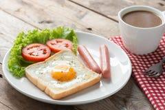 早餐、油煎的多士用鸡蛋,香肠和杯子咖啡 库存图片