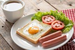 早餐、油煎的多士用鸡蛋,香肠和杯子咖啡 免版税库存图片