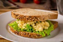 早餐三明治用鸡蛋和沙拉 免版税库存照片