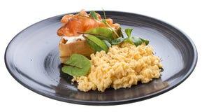 早餐与三文鱼的炒蛋 免版税图库摄影
