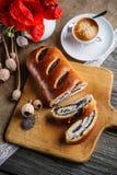早餐与咖啡的鸦片蛋糕在面包板,花,红色鸦片,甜点的烘烤了点心,浓咖啡 库存图片