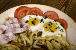 早餐二 煎锅用两个煎蛋和油煎的pota 库存照片