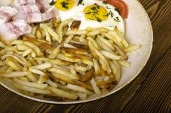 早餐二 煎锅用两个煎蛋和油煎的pota 免版税库存照片