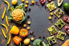 早餐另外鲕梨三明治 不同的新鲜的五颜六色的有机菜 在灰色的健康未加工的素食主义者食物 免版税库存照片