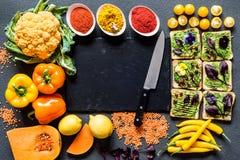 早餐另外鲕梨三明治 不同的新鲜的五颜六色的有机菜 在灰色的健康未加工的素食主义者食物 库存图片