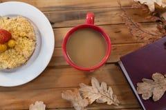 早餐和咖啡与秋叶 免版税库存照片