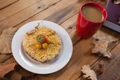 早餐和咖啡与秋叶 库存图片