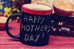 早餐和文本愉快的母亲节 免版税库存照片