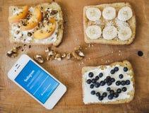 早餐和电话的多士有在木背景的Instagram的 图库摄影