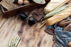 早餐和被烘烤的面包概念 新鲜的芬芳面包和鸡蛋 免版税库存照片