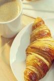 早餐咖啡大陆新月形面包杯子 库存照片
