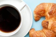 早餐咖啡新月形面包法语 免版税库存照片