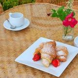 早餐咖啡新月形面包草莓夏天 免版税库存图片