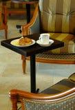 早餐咖啡新月形面包 免版税图库摄影