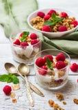 早餐咖啡概念煎的杯子鸡蛋 咖啡muesli格兰诺拉麦片莓果自创酸奶 库存照片