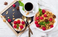 早餐咖啡概念煎的杯子鸡蛋 咖啡muesli格兰诺拉麦片莓果自创酸奶 免版税库存照片