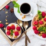 早餐咖啡概念煎的杯子鸡蛋 咖啡muesli格兰诺拉麦片莓果自创酸奶 免版税库存图片