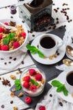早餐咖啡概念煎的杯子鸡蛋 咖啡muesli格兰诺拉麦片莓果自创酸奶 图库摄影