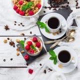 早餐咖啡概念煎的杯子鸡蛋 咖啡muesli格兰诺拉麦片莓果自创酸奶 免版税图库摄影