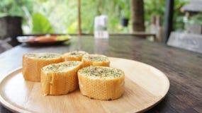 早餐在一块板材的蒜味面包在立即可食的桌上 库存图片