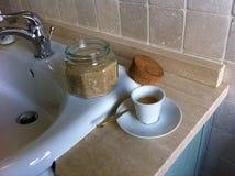 早餐在卫生间里 免版税库存图片
