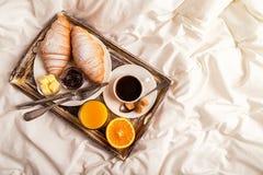 早餐在床上用咖啡和新月形面包 库存图片