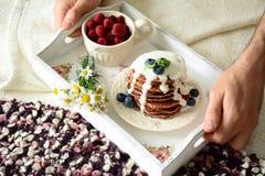 早餐在床上:巧克力薄煎饼用酸奶调味汁和莓果 图库摄影