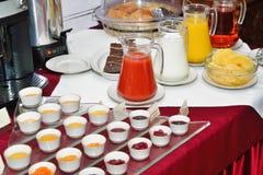 早餐在旅馆。 早餐自助餐。 免版税库存图片