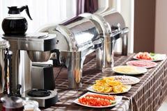 早餐在旅馆 与餐具等待的客人的自助餐桌 免版税库存照片