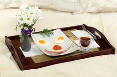 早餐在河床-微笑上 免版税库存图片
