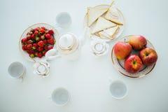 早餐在白色表上 库存图片