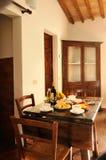 早餐在老旅馆客房服务 免版税库存照片