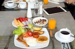 早餐在tabla设置了用薄煎饼、烟肉、鸡蛋和咖啡 库存照片