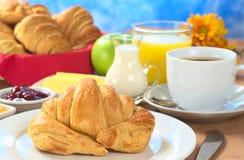 早餐大陆新月形面包 免版税库存图片