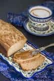 早餐大面包和咖啡 免版税库存照片