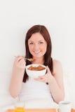 早餐女性华美头发有她的红色 免版税库存图片