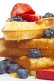 早餐奶蛋烘饼用枫蜜 免版税库存图片