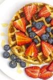 早餐奶蛋烘饼用莓果和枫蜜 免版税库存照片
