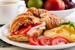 早餐巫婆新月形面包、乳酪和热的咖啡 库存照片