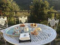 早餐布置的室外铁桌 免版税库存照片