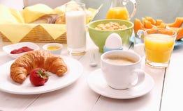 早餐布置的表用健康食物 免版税库存图片