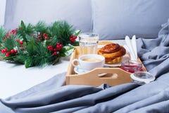 早餐床盘子咖啡小圆面包灰色清早 免版税库存照片