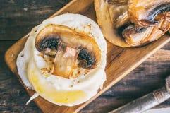 早餐怂恿本尼迪克特荷包蛋用泛油煎的蘑菇和菜 关闭 选择聚焦 免版税图库摄影