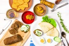 早餐或午餐两的在白色桌上 顶视图 免版税库存图片