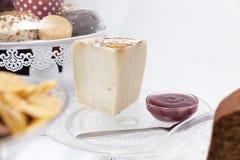 早餐或早午餐用乳酪和蛋糕 免版税库存图片
