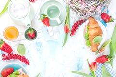 早餐或饭桌用各种各样的纤巧为假日 新鲜的草莓和无核小葡萄干用软干酪和红色春天 库存图片