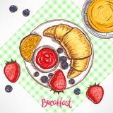 早餐新月形面包、果酱和莓果 库存图片