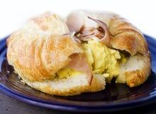 早餐新月形面包三明治 免版税库存照片