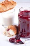 早餐新月形面包果酱草莓 图库摄影