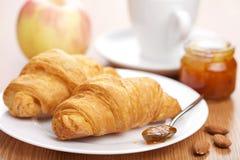 早餐新月形面包果酱 免版税图库摄影
